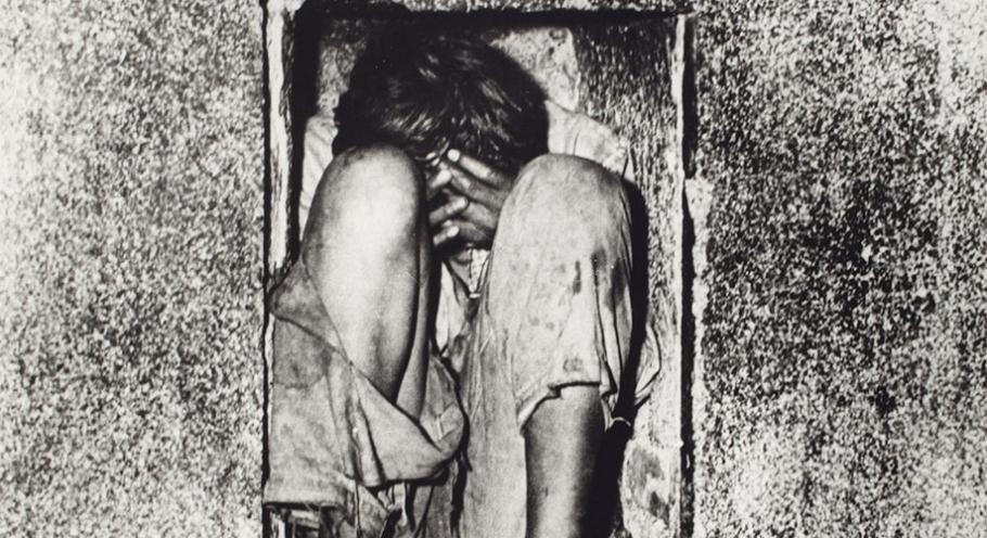 Hector Garcia, Niño en el vientre de concreto, Mexico, 1952, gelatin silver print,